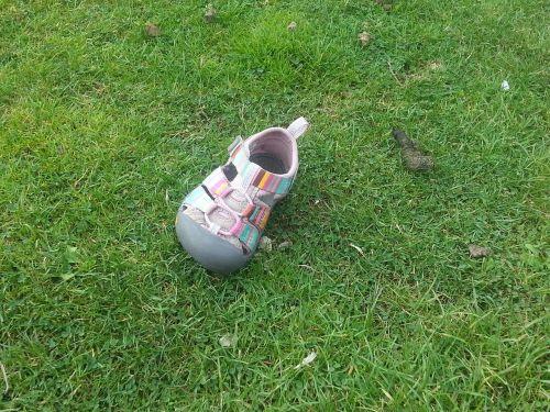 prarastas batas,rožinė avalynė,vaikiška avalynė,mergaičių batų,berniukas kūdikiams,batai,sandalas,mergaičių sandalai,rožinės saldainiai,kūdikių sandalas,prarastas sandalas,trūksta sandalo,žolė,lauke,laukas,avalynė,lauke,trūksta batų
