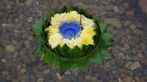loy krathong festivalis,suskaičiuoti,loy krathong festivalis,Tailando tradicija,Tailandas,tradicija,tikėjimas,garbinimas,upė,bananų lapai,gėlės