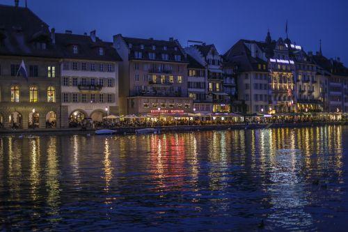 liucernos,pakartotinai,miesto rotušė,Šveicarija,upė,Reussteg,Miesto centras,apšvietimas,vakaras,apgyvendinimas,vandens atspindys,riverside,miesto kelionė,restoranai,išeiti,miesto gyvenimas