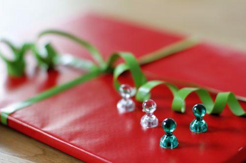 magnetai,dovanos,gimtadienis,balta,žalias,apdaila,juosta,dovanų juosta