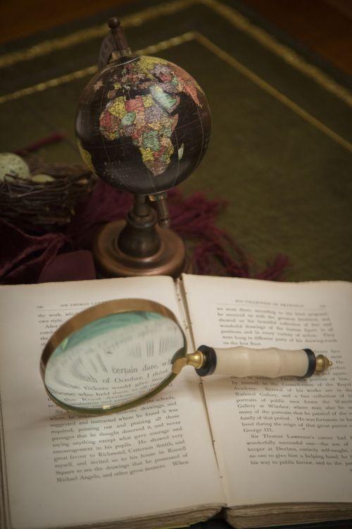 didintuvas, knyga, senas, stalas, kelionė, gaublys, didintuvas ir senoji knyga