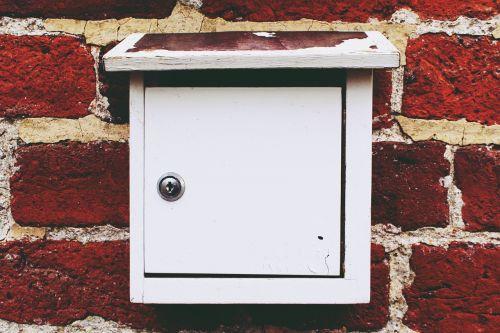 pašto dėžutę,pašto dėžutė,siena,pranešimas,dėžė,pašto dėžutė,pašto dėžutė,senas,ištemptas,balta,plytų siena,plytos,mediena