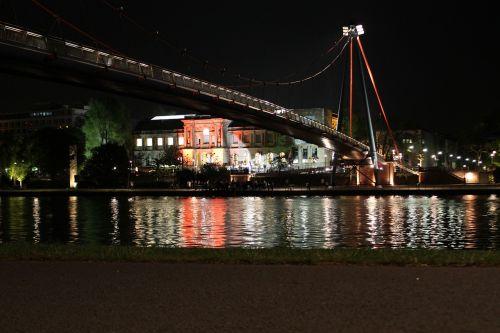 Pagrindinis,  Frankfurtas,  Staedel,  Tiltas,  Pėsčiųjų Tiltas,  Vanduo,  Upė,  Perėjimas,  Kabantis Tiltas,  Perėjimas,  Veidrodis,  Tiltų Statyba,  Ištemptas,  Raudona,  Architektūra,  Apšviestas,  Muziejus,  Mueseumsufer,  Pagrindiniai Bankai