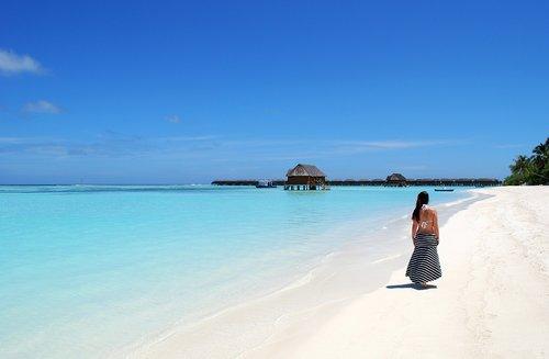Maldyvai, papludimys, jūra, vandens, atostogos, sala, mėlyna, dangus, atolas, griebtis, vasara, rojus, saulė, šventės, gražus paplūdimys, smėlio paplūdimys, paplūdimys jūra, gražūs paplūdimiai, Prabangūs, gražus, Indijos vandenynas, turkis, pobūdį, moteris, vaikščioti