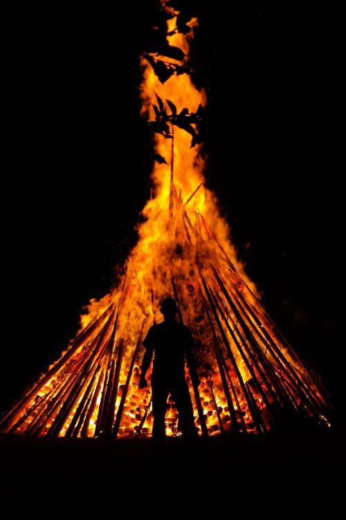 vyras,žmogus,Ugnis,asmuo,siluetas,karštas,šiluma,deginti,liepsna,vasaros sezonas,blaze,raudona,geltona,tamsi,naktis,saulėgrįža,st John diena,Jono diena,atminties ugnis,vasaros saulėgrįža,san juano naktis,festivalis,muitinės,evoliucinis,los diena,populiarus tikėjimas,vasaros šventės,prieskoninis ugnis,simbolika,saulė