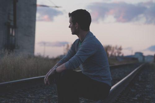 vyras,asmuo,geležinkelis,sėdi
