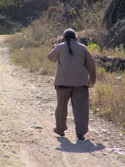 vyras,žmogus,vienišas,senas,sulenktas,gyventi normaliai,gyventi,kaimo gyventojai,laimingas,patenkintas,juoktis,linksmas
