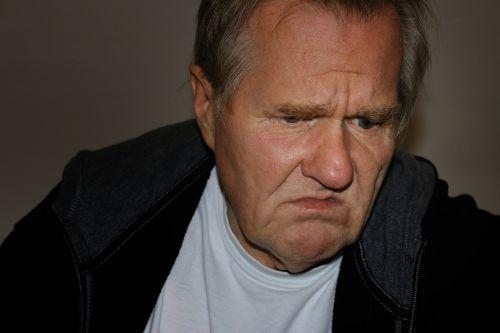 vyras,veidas,atrodo,neprilygstamas,bejėgis,nenorintis,juokinga,nenori,nepaklusnus,atbaidyti,niūrus,atsisakyti,netyčia,antipathisch,zähneknirschend,nenoriai,pasibjaurėjimas,marškinėliai,akys,nosis,Burna,plaukai,senas,amžius,ankstyvuosius pensininkus,iš anksto