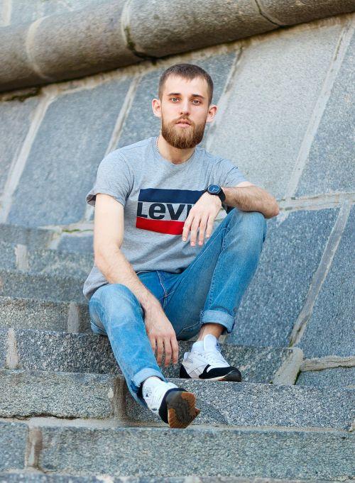 vyras,berniukas,asmuo,jaunas,Patinas,lauke,gyvenimo būdas,sėdėti ant grindų,sėdėti laiptais,atsitiktinis