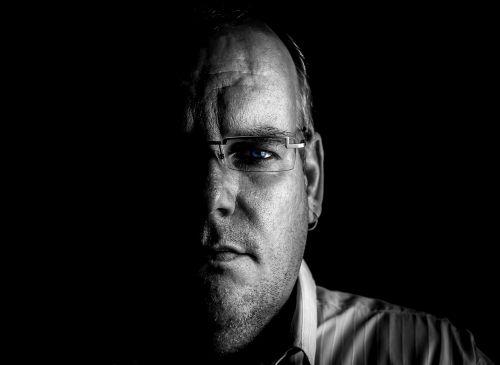 vyras,mįslingas,portretas,šešėlis