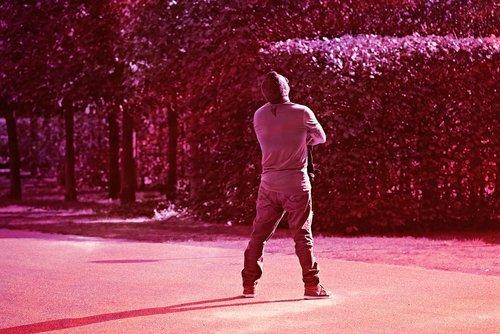 vyras, stovint, žiūrint, sulankstyti ginklų, saulės, naudojasi saulę, iškėlė galvą, pakreiptą galvos, pastatyti, kelių, fantazija, redakcijos