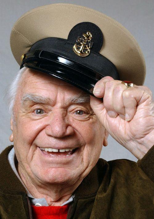 vyras,portretas,kapitonas,kapitono skrybėlę,pasveikinimas,pasveikinimas,ernest borgnine,juoktis,džiaugsmas,senas,kartus,žiūrėk į priekį,Sveiki,senjorai,pensininkai,vyresnysis