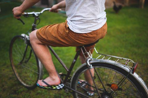vyras,berniukas,žmonės,dviratis,dviratis,šortai,rudos kelnės,krepšelis,europietiškas miesto dviratis,miesto dviratis,kasdien,bagažinė