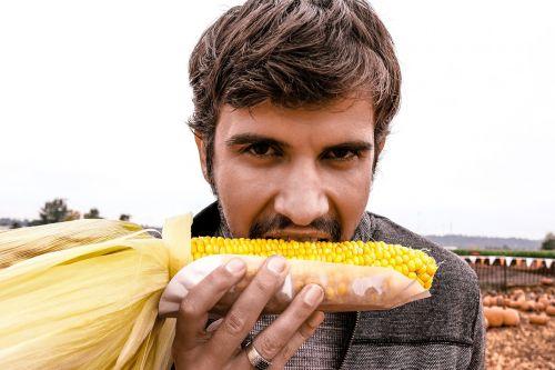 vyras,Patinas,valgymas,kukurūzai,ruduo,kritimas,ūkis,asmuo,jaunas,žmonės,suaugęs,gražus,modelis,gyvenimo būdas,daržovių,maistas,sveikas