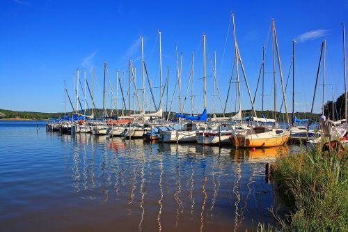 marina,bostalnee,saulės šviesa,mėlynas oras,burių stiebai,valtys,vanduo,burlaiviai,stiebai,valčių stiebai,buriuotojas,dangus,buriu,buriavimo jachtos,mėlynas,internetas,segelboothafen,buriuotojas