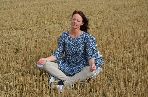 meditacija,panardinimas,moteris,vyresnysis,laukas,ruduo