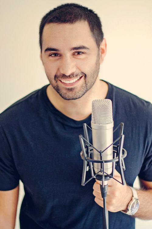 mikrofonas,Patinas,menininkas,daina,dainuoti,meilė,dainuoti,muzikantas,vyras,pramogos,jaunas,šypsena