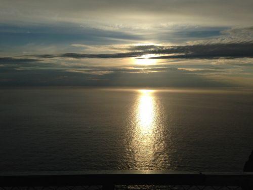 vidurnakčio saulė,šiaurinis kalnas,vandenynas