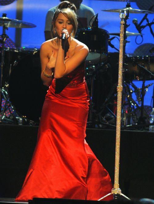 Miley Cyrus,dainininkė,pramogų atlikėjas,garsenybė,žinomas,žinomas,dainuoti,scenoje,spektaklis
