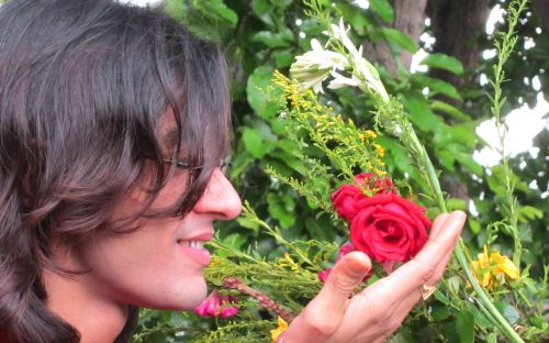 vyriški & nbsp, modeliai & nbsp, atrodo & nbsp, kaip & nbsp, mergina, modelis & nbsp, žvaigždutė & nbsp, rajkumar & nbsp, patra, gėlės & nbsp, & nbsp, meilės & nbsp, 2011, modeliavimas & nbsp, nuotrauka, modelis liečiasi raudona rožė