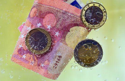 pinigai,dolerio kupiūra,monetos,euras,valiuta,pinigų plovimas,povandeninis,blubber,smūgis,dujiniai burbuliukai,vandens burbuliukai,oro burbuliukai,banknotas,Europa,10 eurų,panardinimas,plauti,vanduo