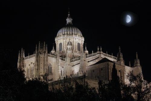 paminklas,Salamanca,architektūra,dangus,katedros kupolas,fasadas,akmuo,bažnyčia,viduramžių,istoriniai pastatai,kupolas,Ispanija,religija,tvirtovė,mėnulis,naktis