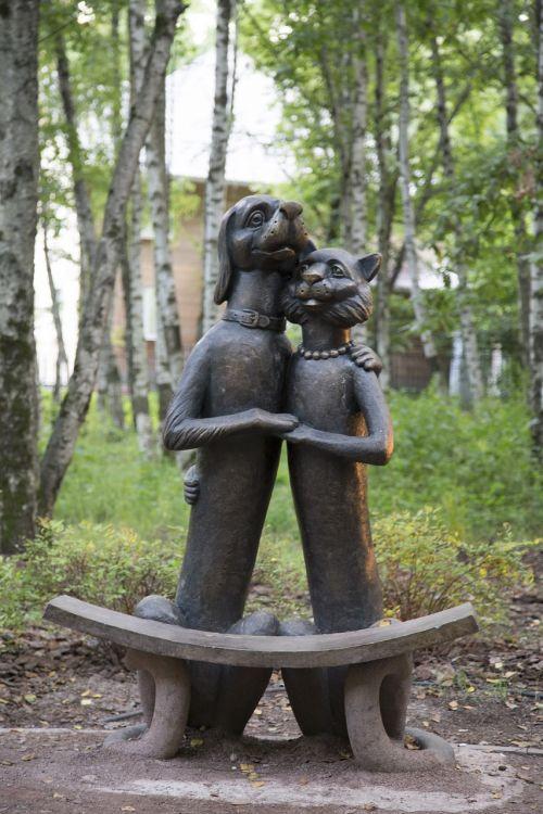 paminklas,skulptūra,menas,geležis,šuo,katė,juoda,draugai,katės,Draugystė,gyvūnai,parkas,parko skulptūra,skulptūra parke,parko menas,gerumas,santykiai