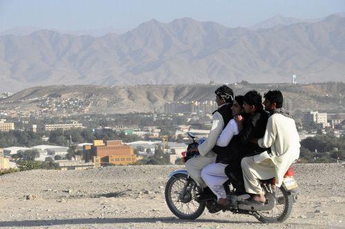 mopedas,motociklas,vairai,keturi,per daug,kabul,Afganistanas,transportas,vairuoti,vairavimas,smėlis,offroad,kalnai,paauglys,per daug darbuotojų,eismo taisyklių pažeidimas,vaikai