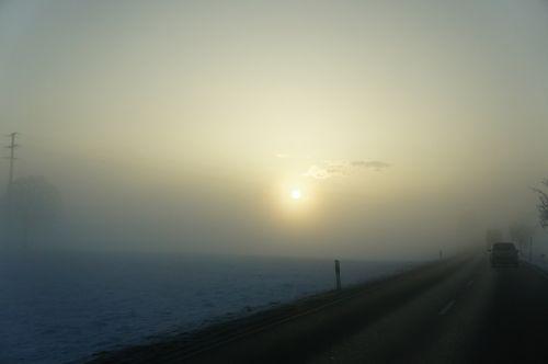 ryto saulė,kelias,nuotaika,pilka,žiema,žiemos saulė,saulė,tamsi,rūkas,automobiliai,gamta,sniegas,šaltas