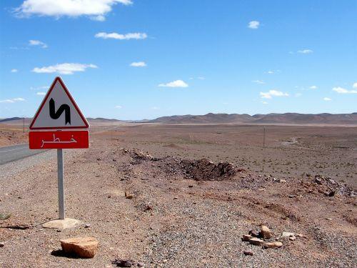 Marokas,akmeninė dykuma,kelias,dykuma,kelio ženklas,juokinga