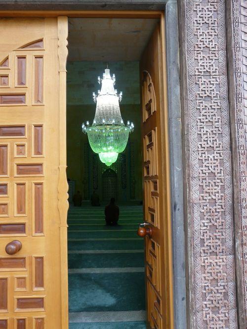 mečetė,įvestis,durys,maldos kambarys,maldos salė,liustra,vyras,sėdėti,melstis,Islamas,religija,kultūra,musulmonas,avanos,Turkija