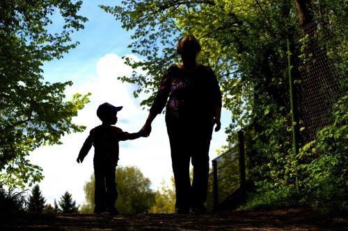 motina, vaikas, paimti ranką, saugumas, atgal šviesa, motina ir vaiku, ranka rankon