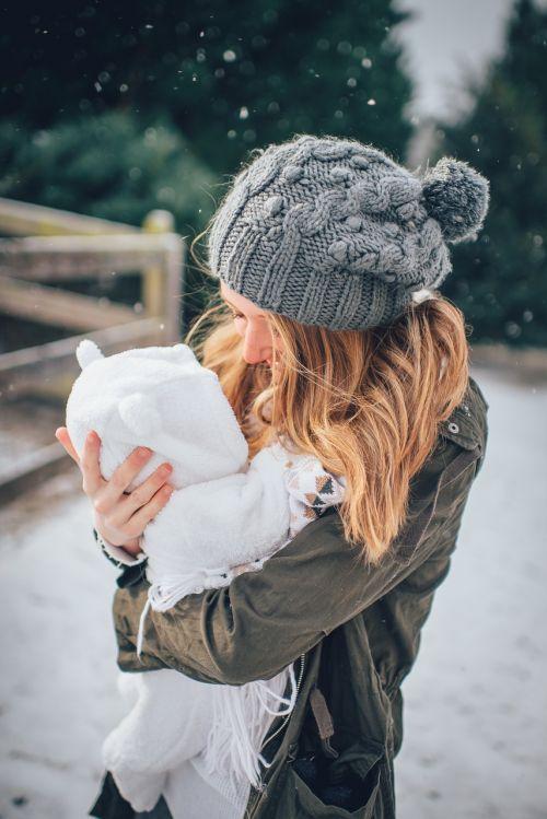 motinystė,kūdikis,motina,kūdikis,naujagimis,moteris,mama,kaukazo,tėvas,ūkis,kartu,meilė,laimė,apkabinti,džiaugsmas,tėvystė,karta,lauke,žiema,sniegas,šaltas