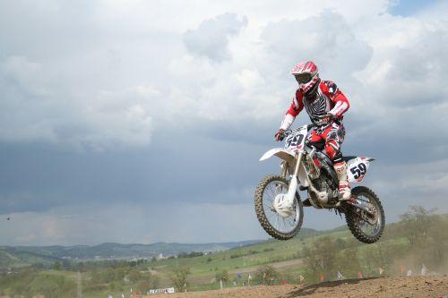 moto,motociklininkas,ekstremalios,sportas,lenktynės,offroad,raudona,variklis,enduro,šokinėti,bounce,debesis,įspūdingas,mopedas,dangus