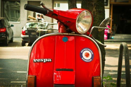 motoroleris,vespa,volas,kultas,flitzer,retro,transporto priemonė,Piaggio,linksma,judėjimas,laisvalaikis,raudona,parkas,vairai,motociklas,prožektorius,motociklai,senas,klasikinis,vintage,oldtimer,nostalgiškas,kultišas,dizainas,tendencija,stilingas