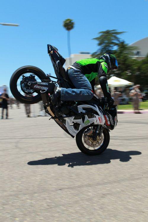 motociklas,triukas,šokinėti,motokroso,freestyle,fmx,teisėjai,Patinas,šalmas,raitelis,motociklininkas,atvirkštinė važiuoklė