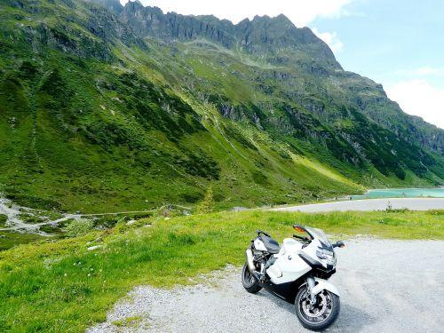 motociklas,mėlynas,balta,žalias,vasara,saulėtas,kalnas,kalnai,praeiti,šventė,ciklamenas,peizažai,Europa,Alpių,gražus,kalnų praėjimas,silvretta
