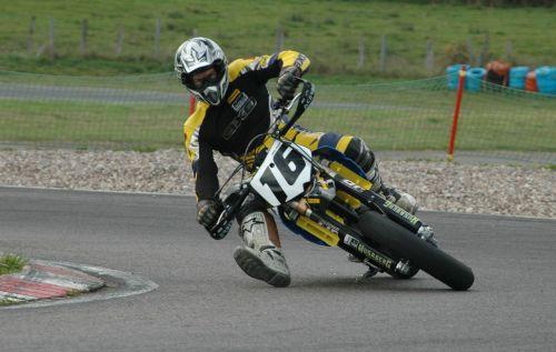 motociklų lenktynės,motociklas,lenktynės,Supermoto,2012,uždarytas posūkis,kampas,greitai,dinamiškas,rizika,trintis,Ekstremalus sportas,labai