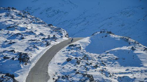 kalnas,slėnis,kraštovaizdis,sniegas,žiema,akmenys,dangus,gamta,žmonės,vaikščioti,kelias,kelias,vyrai,alpinizmas