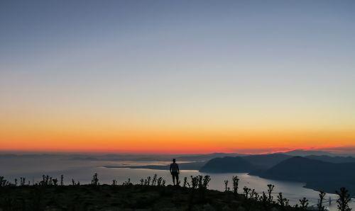 kalnas,žolė,gamta,augalas,ežeras,vanduo,dangus,debesys,kraštovaizdis,saulėlydis,žmonės,vyras,vienas