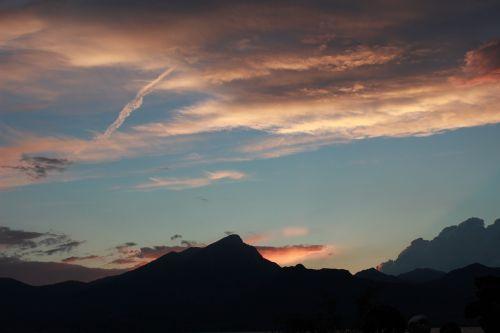 kalnų viršūnė,dangus,kalno viršūnė,debesis,kraštovaizdis,laisvė,aukščiausiojo lygio susitikimas,aušra,kalnas,siluetas