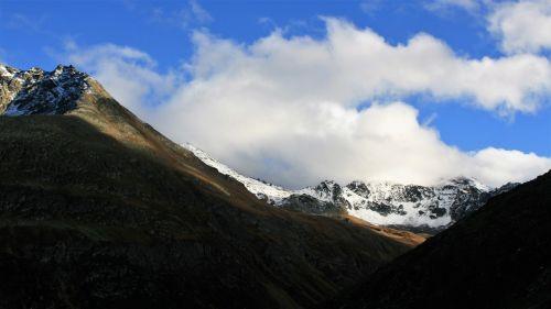 kalnai,uolingas,sniego viršutinės smailės,Alpės,debesys,kalnų grožis,takas,gamtos grožis