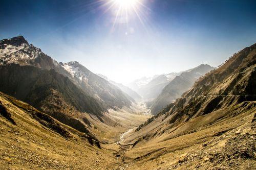 kalnai,ruduo,spalvingas dangus,spalvos,rudens spalvos,kraštovaizdis,kašmyras,slėnis,kelias per kalnus,upė,Platus kampas,sniego kalnai,Indija,spalvingas ruduo,rudens sezonas Indijoje,rudens sezonas Kašmyre