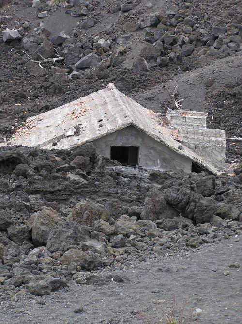 mt etna,lava,panardintas namas
