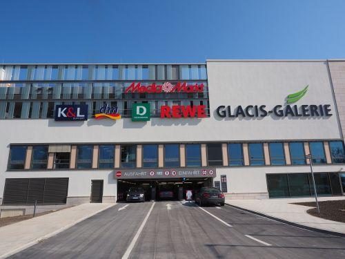 daugiaaukštė automobilių stovėjimo aikštelė,vartai,parkas,prekybos centras,apsipirkimas,prekybos centras,prekybos centras,prekybos centras,mažmeninės prekybos parduotuvės,aptarnavimo punktai,sektoriai,reklama,reklaminiai ženklai,skelbimas,rewe,dm,k l,Media Markt,glacio galerija,nauja ulma