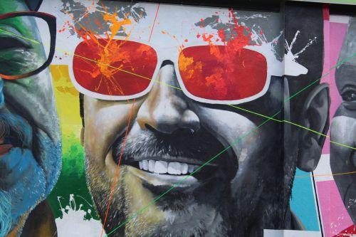 freskomis,lecco,laimingas,gatvės menas,veidas,išraiška,šypsena,vyras,žmogaus veidas,laimė,juoktis,akiniai