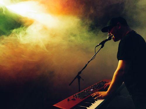 muzikantas,atlikėjas,klaviatūra,instrumentas,atlikti,spektaklis,muzikinis,koncertas,muzika,pramogos,sintezatorius,atlikti