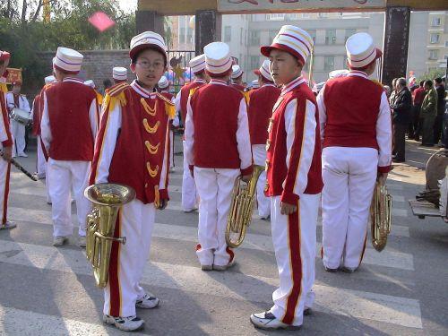 muzikantai,orkestras,muzika,Asmeninis,žmogus,Kinija,fengcheng,gyventi normaliai,gyventi,vaikai,laimingas,patenkintas,juoktis,linksmas,žiūrėk į priekį,šventinė diena,uniforma