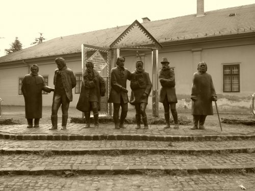 nagykőrös,statula,bronza,mokytojų kolektyvas,gatvių statula,paminklas,metalas,vengrija,bronzos statula