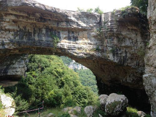 natūralus,akmeninis tiltas,gamtos parkas,urvas,uolos,kelionė,lauko kelionė,saulėta diena